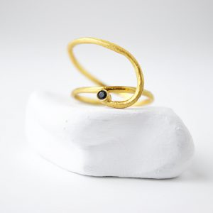 Gold Plated Assimetric Spiral With Onix Stone Ring